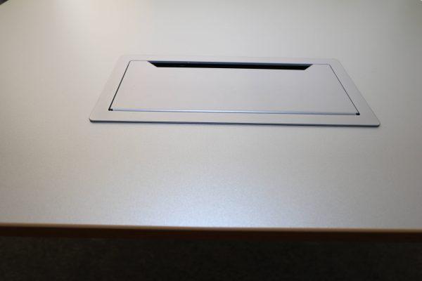 Sedus Rechteckschreibtisch Silber Eiche Echtholzkante detail Kabeldurchlass