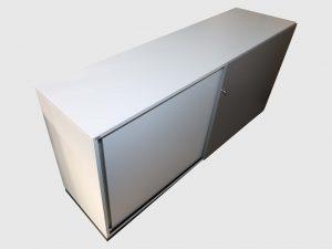 Sedus Schiebtüren-Sideboard weiß-grau 2OH 160 cm unbenutztes Mustermöbel Schrägansicht