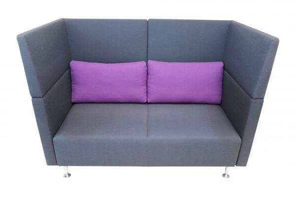 Sedus Sopha  2er Sofa in anthrazit mit lilafarbenen Kissen Frontalansicht mit 2 Kissen