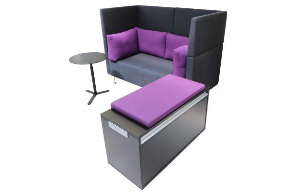 Sedus Sopha  2er Sofa in anthrazit mit lilafarbenen Kissen Komplettansicht von rechts