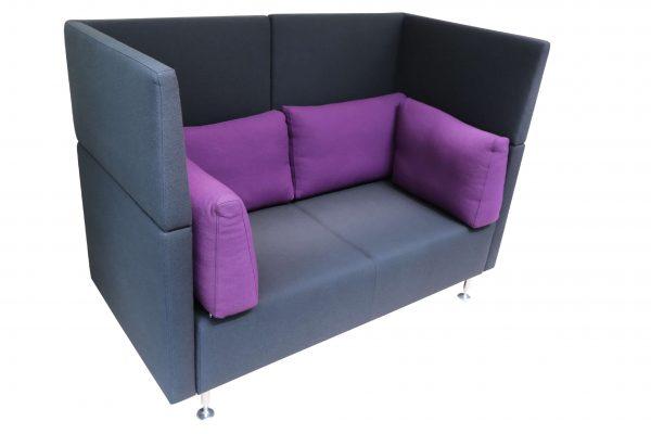 Sedus Sopha  2er Sofa in anthrazit mit lilafarbenen Kissen Schrängansicht