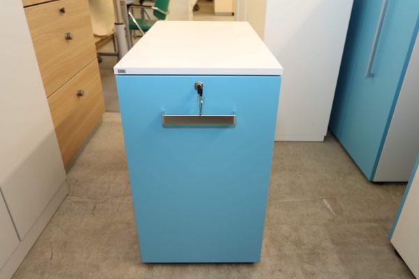 Sedus Standcontainer hellblau weiß Frontalansicht  mit waagerechtem Griff