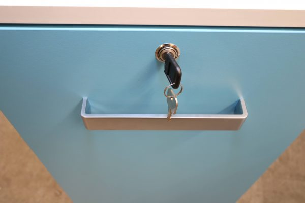 Sedus Standcontainer hellblau weiß Frontansicht mit waagerechtem Griff
