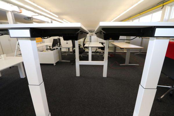 Sedus Temptation Doppelarbeitsplatz H-Gestell elektrisch höhenverstellbar beide Tische hochgefahren Seitenaufnahme