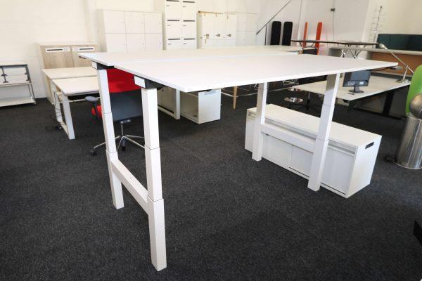 Sedus Temptation Doppelarbeitsplatz H-Gestell elektrisch höhenverstellbar beide Tische hochgefahren Schrägaufnahme