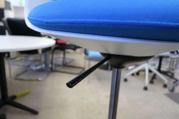 Sedus Turn Around Highchair  Mittelblau Detail Höhenverstellung