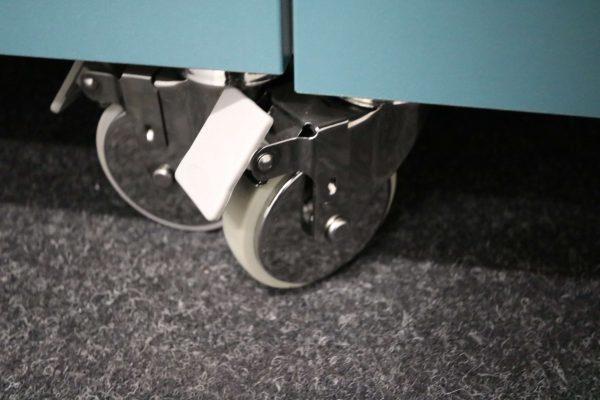 Sideboards Kombination weiß-blau rollbar Detail Rollen mit Bremse