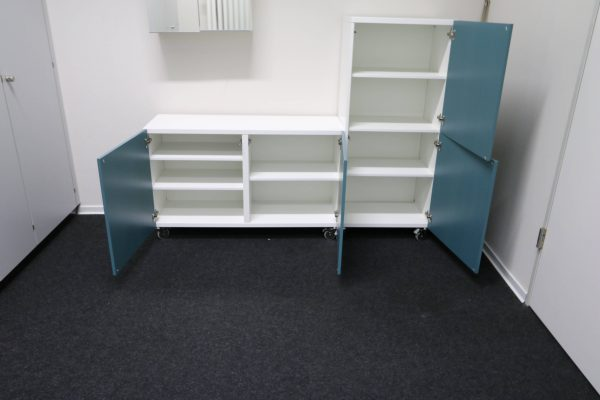Sideboards Kombination weiß-blau rollbar Türen offen