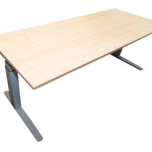 Steelcase elektrisch höhenverstellbarer Schreibtisch 200x80 cm Ahorndekor freigestellte Sicht
