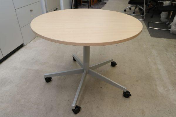 Steelcase runder Tisch rollbar Ahorn Ansicht in der Halle