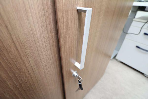 Steelcase Schiebetüren Sideboard Nussbaum 2OH 120 cm Griff