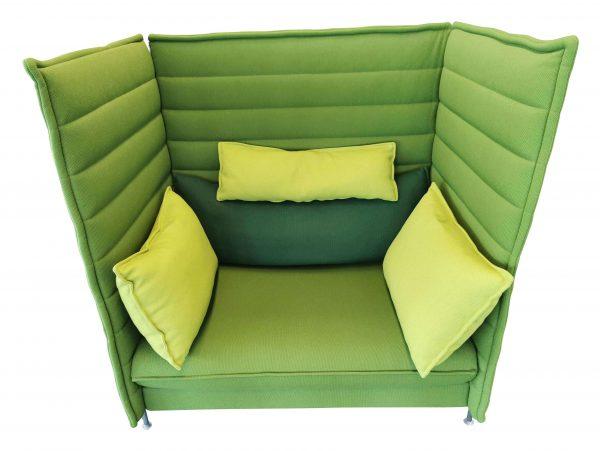 Vitra Alcove Highback Love Seat Lasergrün mit komplettem Kissensatz Frontalansicht 2