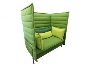 Vitra Alcove Highback Love Seat Lasergrün mit komplettem Kissensatz Schrägansicht links 1