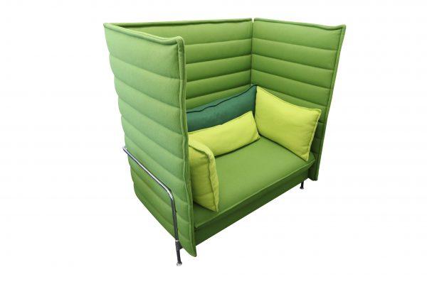 Vitra Alcove Highback Love Seat Lasergrün mit komplettem Kissensatz Schrägansicht links 2