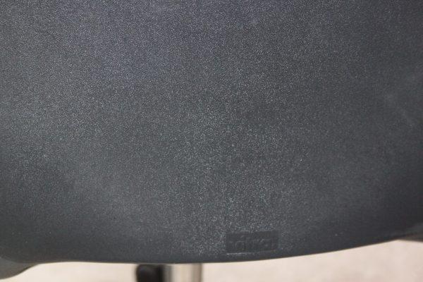 Vitra Axess Drehstuhl in schwarz mit Armlehnen, das Logo