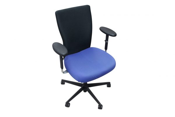 Vitra T-Chair Drehstuhl in blau-schwarz mit Armlehnen