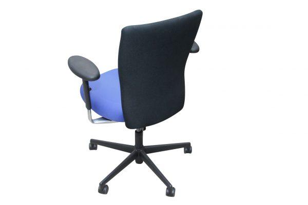Vitra T-Chair Drehstuhl in blau-schwarz mit Armlehnen, die Rückansicht