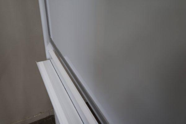 whiteboard-lang-roll-und-drehbar-weiss Ablage