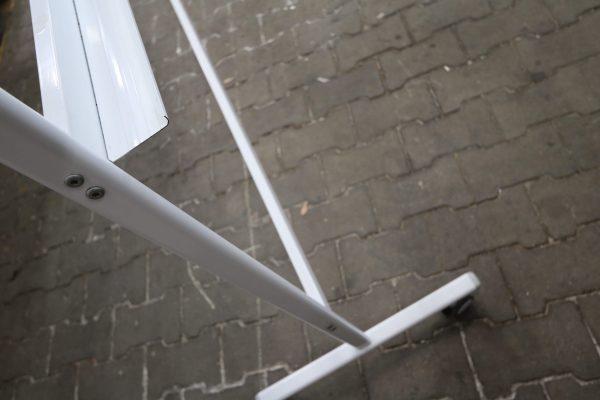 whiteboard-lang-roll-und-drehbar-weiss Detail Gestell