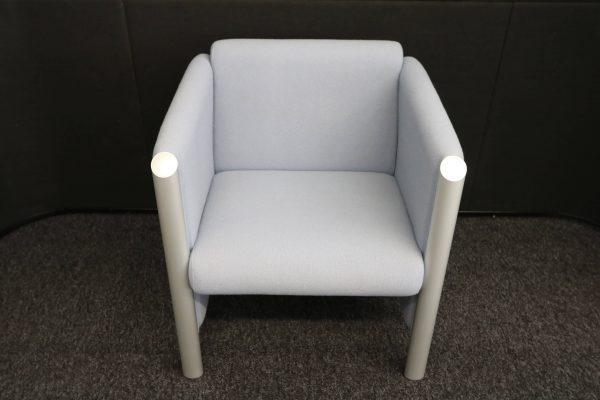 Wilkhahn Loungemöbel-Sessel Cubis graublau Frontalaufnahme